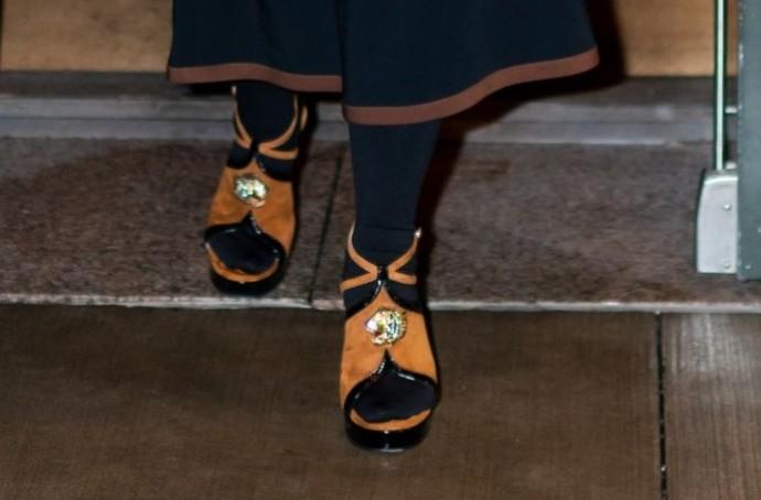 Папарацци сделали фото забавных башмачков-босоножек Сальмы Хайек