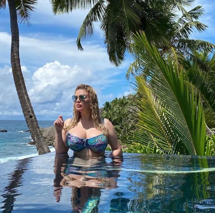 Анна Семенович показала свою грудь без фотошопа