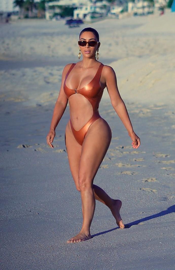 Папарацци сделали сенсационные фото Ким Кардашьян на пляже