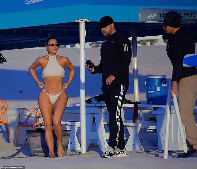 Трусики от купальника Ким Кардашьян сползли на глазах у папарацци