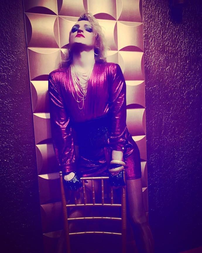 Макияж, каблуки, платья: певец Оскар превратился в женщину Scarlett Queen