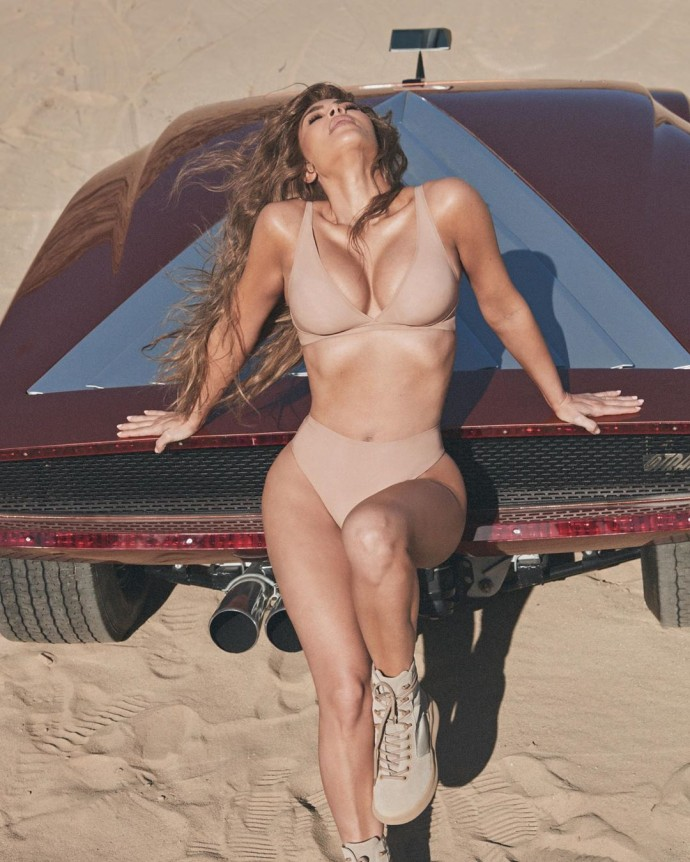 Ким Кардашьян распласталась на машине