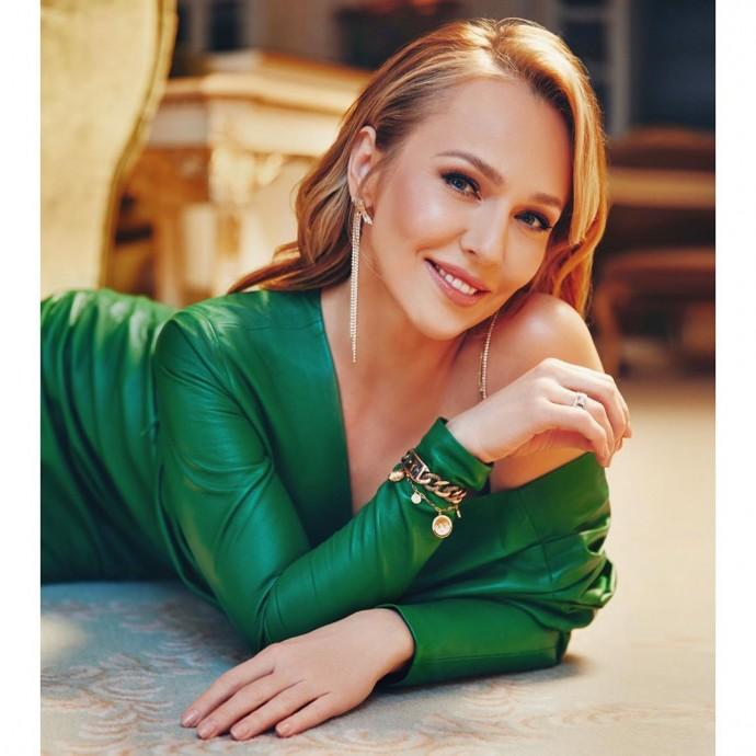 «Тепло домашнего очага»: Альбина Джанабаева позировала для обложки глянцевого журнала