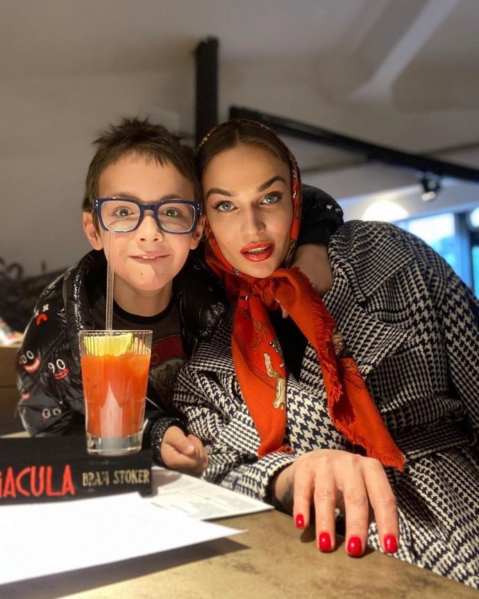 «Глаз потихоньку начинает дёргаться»: Алена Водонаева вместе с сыном соблюдает карантин