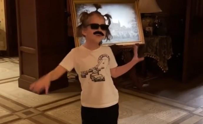 Гарри Галкин исполнил пародию на друга семьи Аллы Пугачёвой