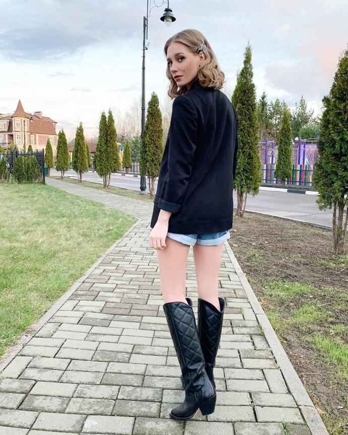 Рейтинг дня: ноги Кристины Асмус в сапогах сравнили с карандашами в стакане