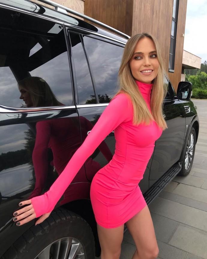 Рейтинг дня: Наташа Ионова (Глюкоза) повертелась в коротком розовом платье у огромного джипа