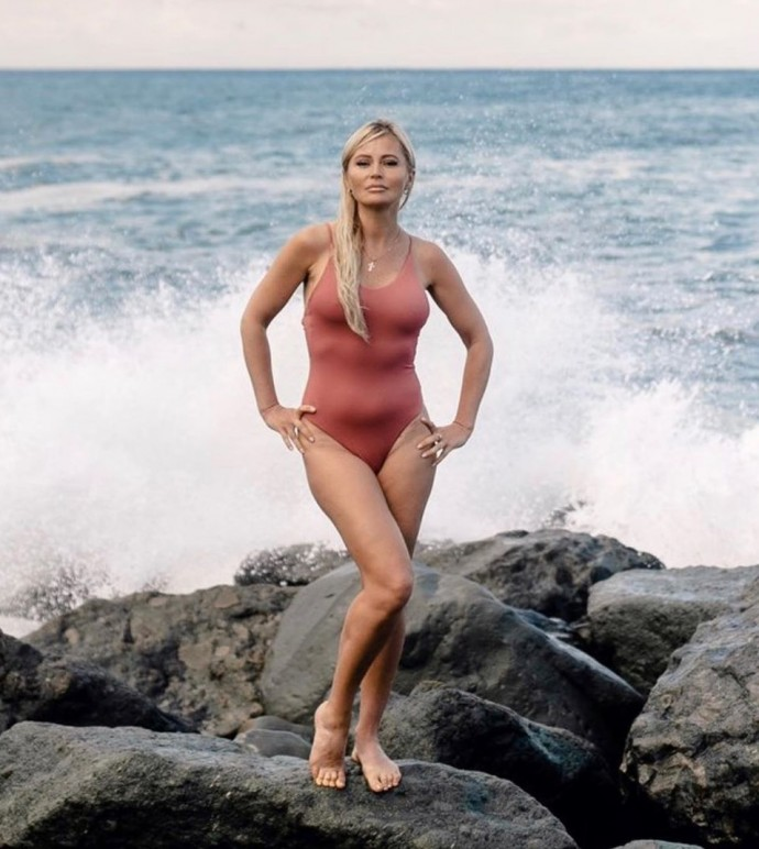 Дана Борисова не стала вырисовывать талию и убирать животик на фото в купальнике