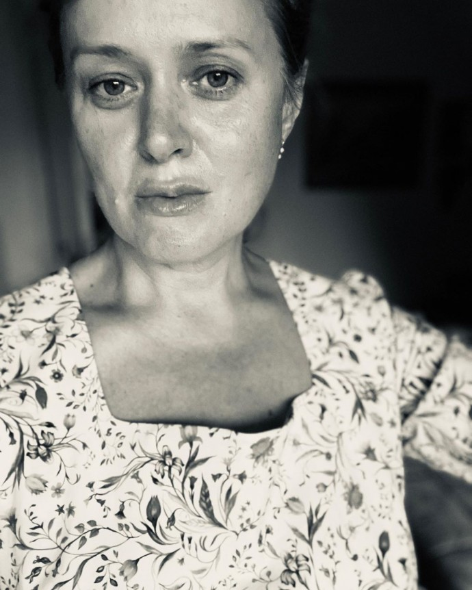 Анна Михалкова показала лицо с морщинками и без макияжа