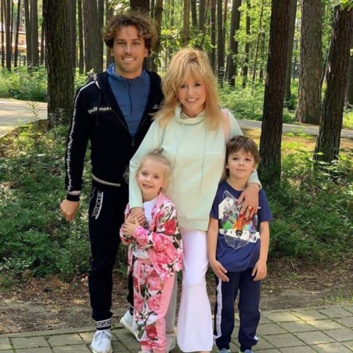Пугачёва и Галкин подарили шестилетнему сыну микроскоп