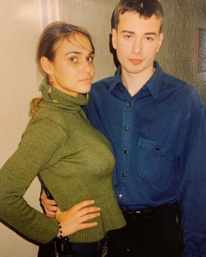 Алёна Водонаева в юности приходила на работу в коротких юбочках и прозрачных кофточках