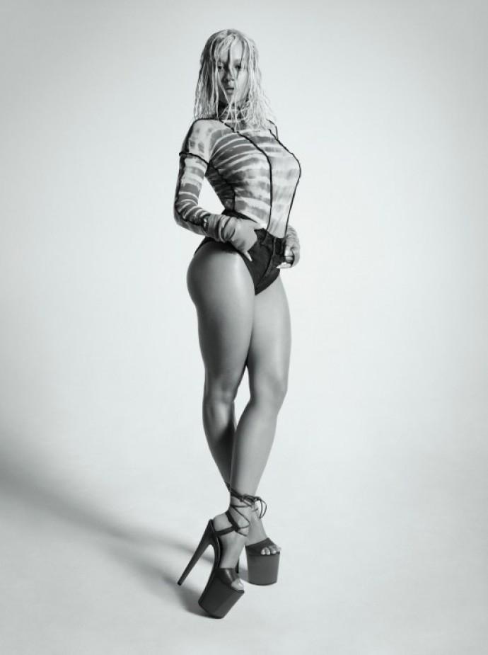 Рита Ора обнажила грудь для Clash magazine и сделала утренний макияж топлесс