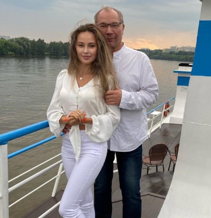 Встречаясь с сыном Наташи Королевой 23-летняя Мария Слугина дружит с 66-летним пианистом