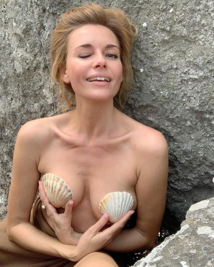 Любовь Толкалина на отдыхе показала обнажённую грудь