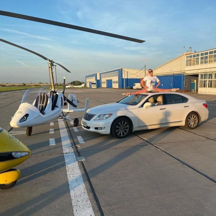 Анастасия Волочкова села на шпагат между вертолетами