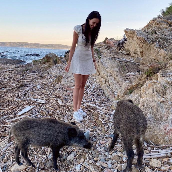Анастасия Решетова прогулялась по пляжу в необычной компании