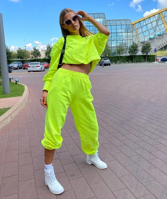 Рейтинг дня: Виктория Боня в кислотном салатовом костюме прогулялась по Москве