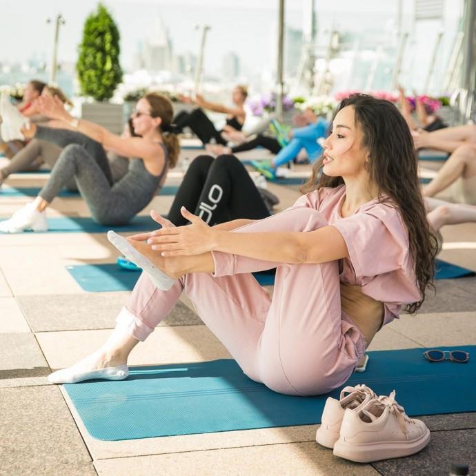 Рейтинг дня: Виктория Дайнеко в пудровом костюме принимала пикатные позы на занятиях по йоге
