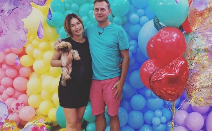 Степан Меньщиков показал фото с выписки из роддома жены Ангелины Монах с дочкой