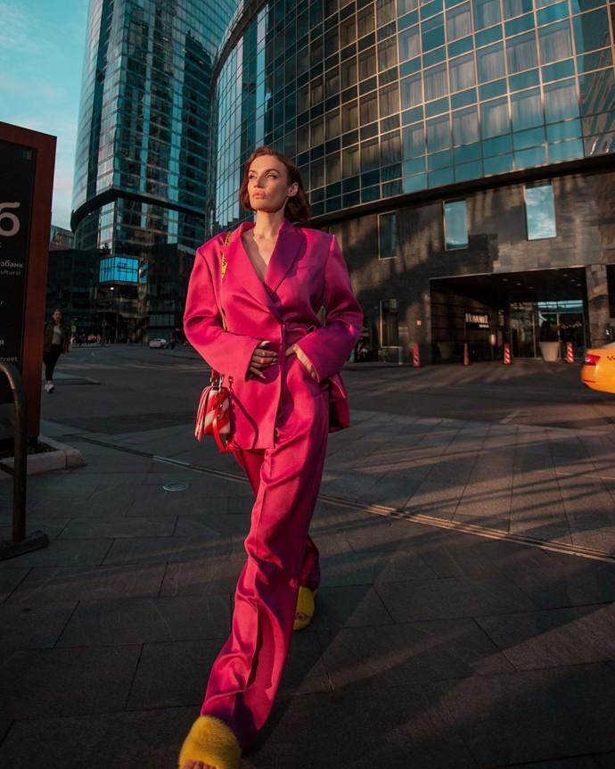 Рейтинг дня: Алёна Водонаева в розовом костюме и жёлтых тапочках прогулялась по городу