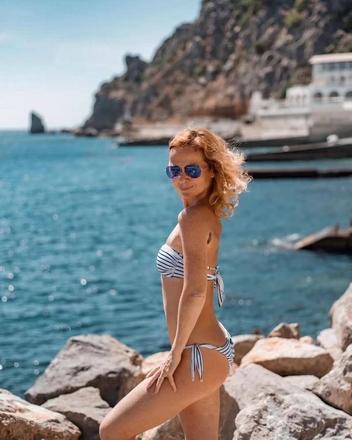 44-летняя Елена Захарова снялась в бикини и похвасталась фигурой