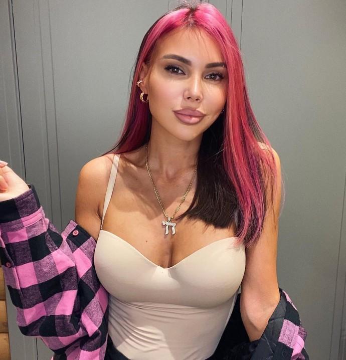 Oksana Samoilova dyed her hair pink