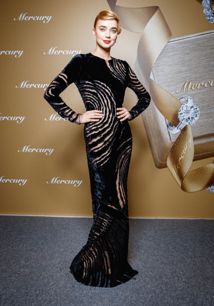"Completely gray-haired Oksana Fandera walked the red carpet of ""Kinotavr"""