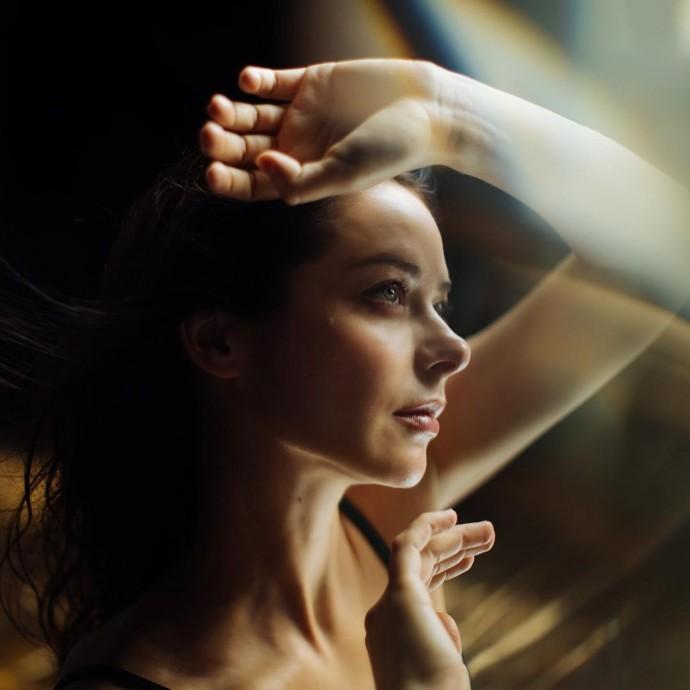 Марина Александрова предстала обнажённой, укрывшись белой простынёй