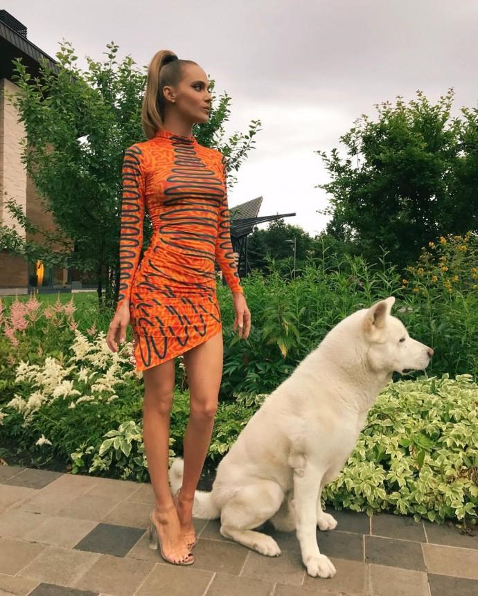 Рейтинг дня: Глюкоза предстала в ультракоротком оранжевом платье