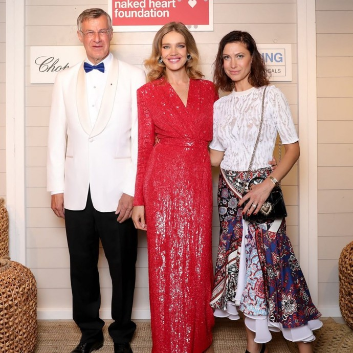Rating of the day: Natalia Vodianova in a red dress at a fundraising event for sick children