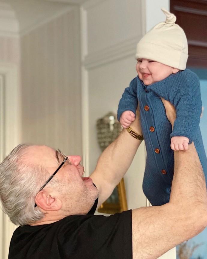 Иван Ургант пошутил над фото Евгения Петросяна с сыном