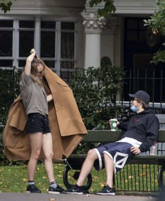 Роберт Паттинсон и Сьюки Уотерхаус целовались сидя на скамейке в парке