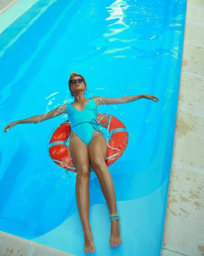Нюша показала стройную фигуру в фотосессии для рекламы купальников