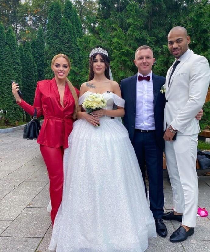 Невеста Ильи Яббарова для свадьбы выбрала платье, едва прикрывающее силиконовую грудь