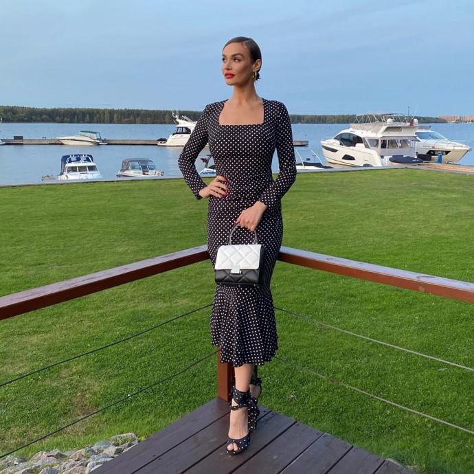 Рейтинг дня: Алёна Водонаева выбрала элегантное платье в горох