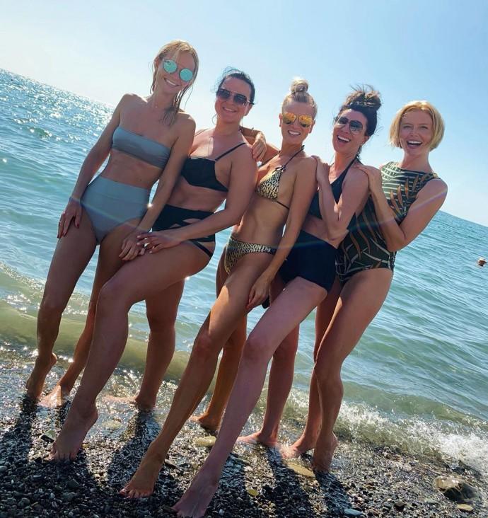Олеся Судзиловская позагорала у моря вместе с звездными подругами