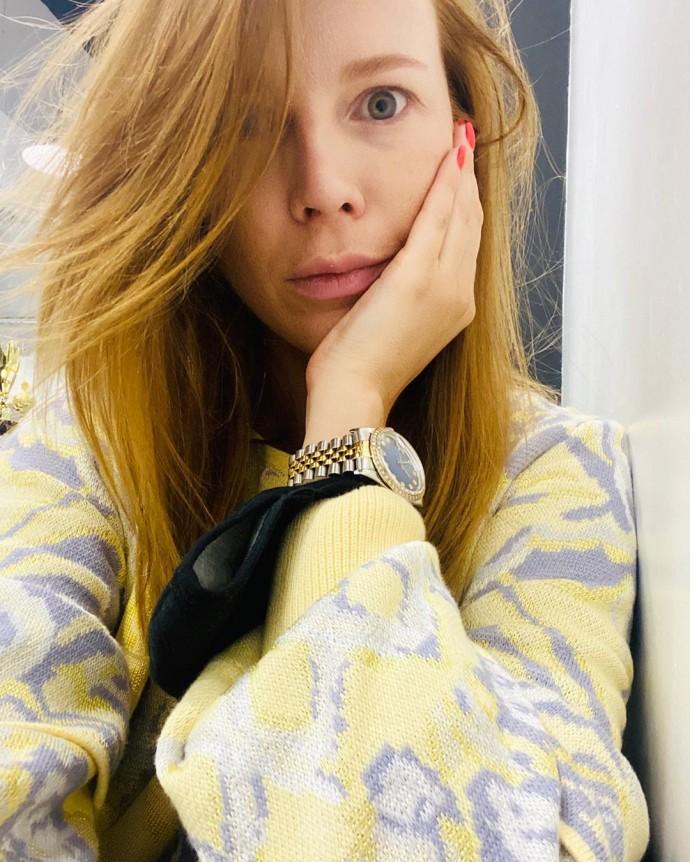 Рейтинг дня: Наталья Подольская укуталась в домашний костюмчик лимонно-фиолетового цвета