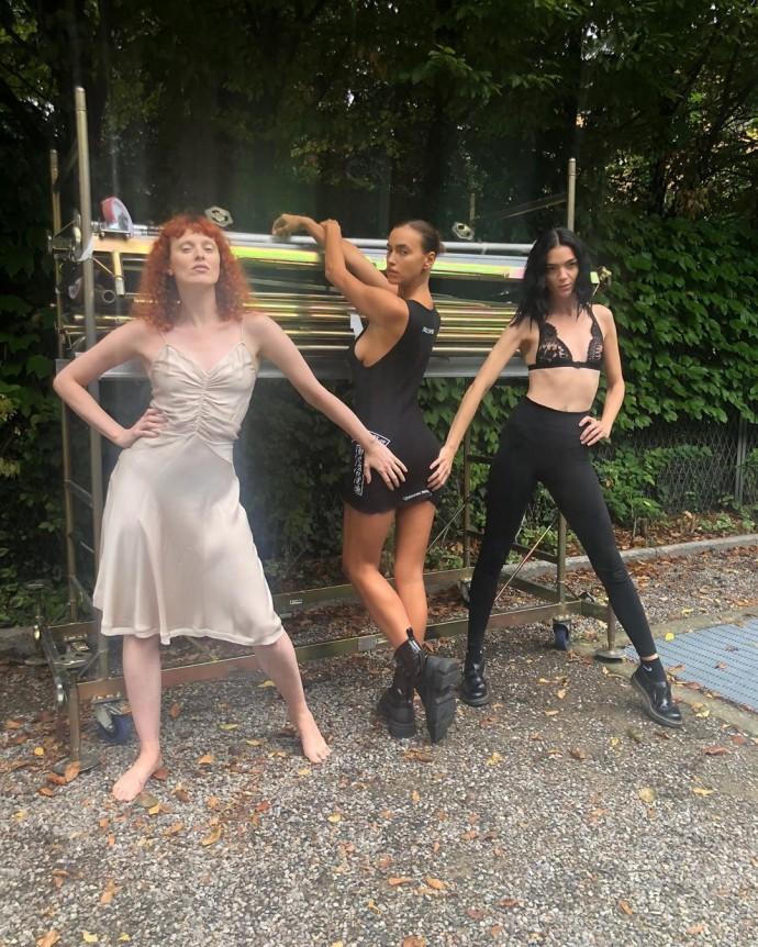 Ирина Шейк опубликовала странное фото с подругами