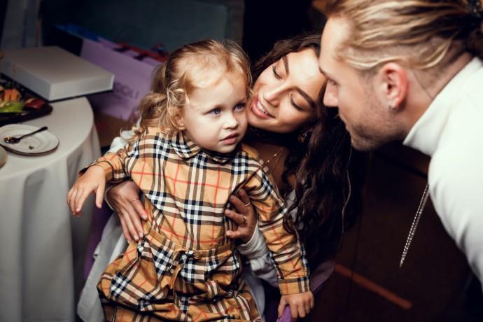 Влад Соколовский шумно отметил день рождения в компании бывшей жены и новой возлюбленной