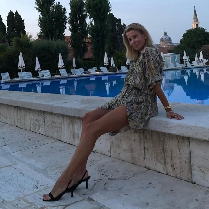 """""""Какой труд"""": 47-летняя Юлия Высоцкая показала идеально стройные ноги"""