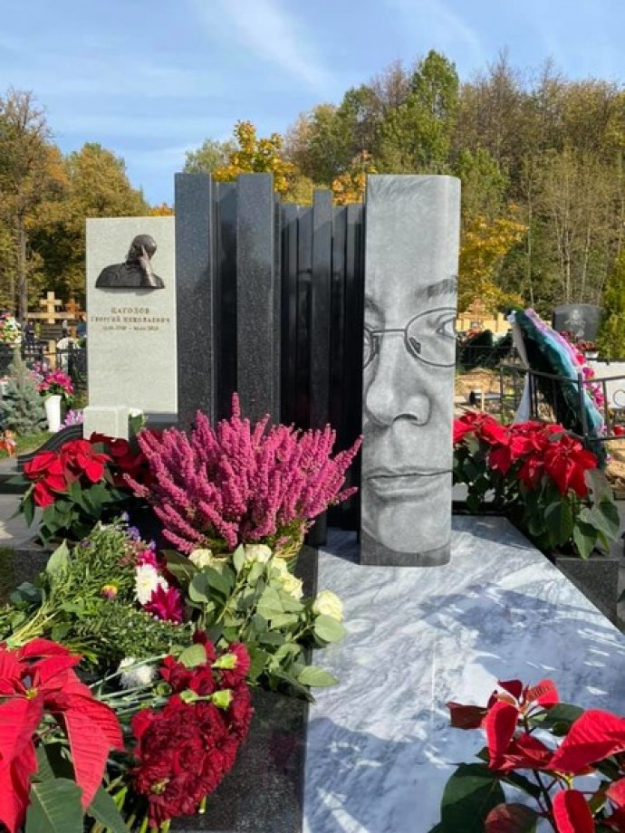 Божена Рынска установила необычный памятник на могиле мужа