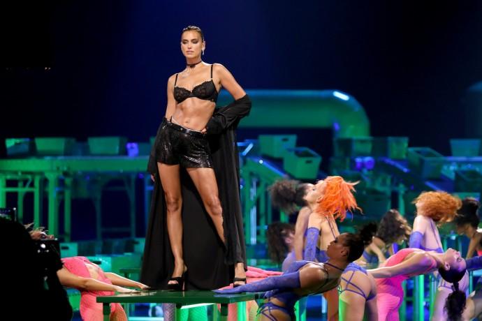 """""""Бельё для проституток за мелкие деньги"""": российским женщинам не понравилась новая коллекция белья от Рианны"""