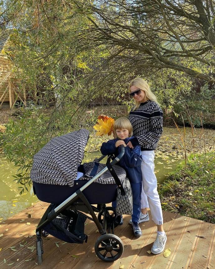 Яна Рудковская отправилась на прогулку с новорожденным сыном и подверглась критике подписчиков