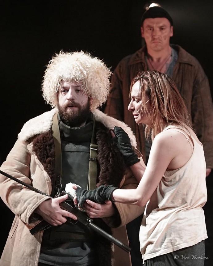 Екатерина Варнава сыграла роль собаки в спектакле своего бойфренда Александра Молочникова