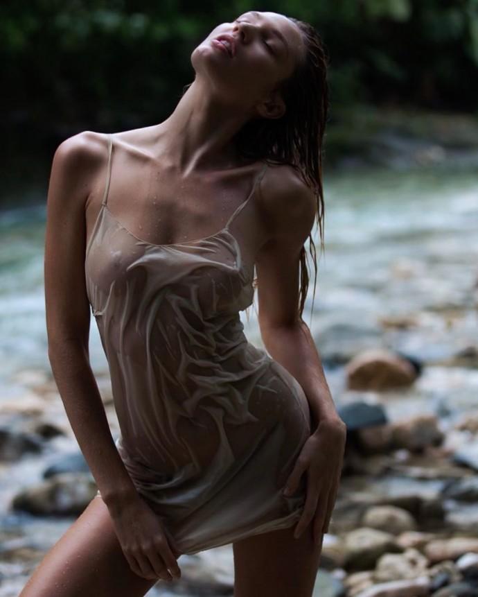 Кэндис Свейнпол сделала фото в прозрачном платье на мокрое голое тело