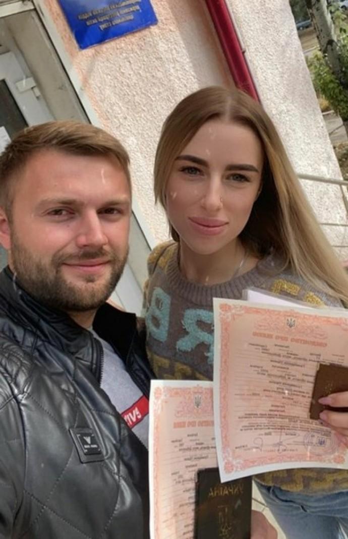 """Экс-участник """"Дом-2"""" Виктор Литвинов женился на 18-летней девушке"""