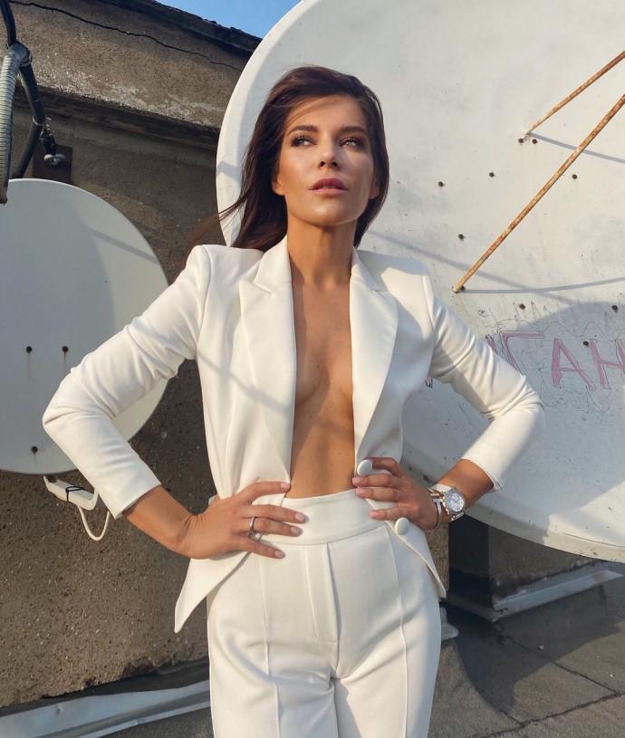 Екатерина Волкова ответила хейтерам, показав маленькую грудь без белья