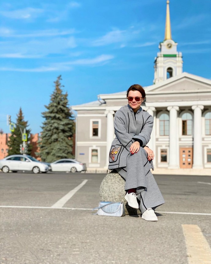 Rating of the day: Tatyana Brukhunova in a gray suit on the streets of Tula