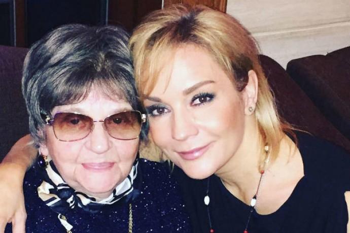 Татьяна Буланова призналась, что перед выходом на сцену мать поила ее водкой