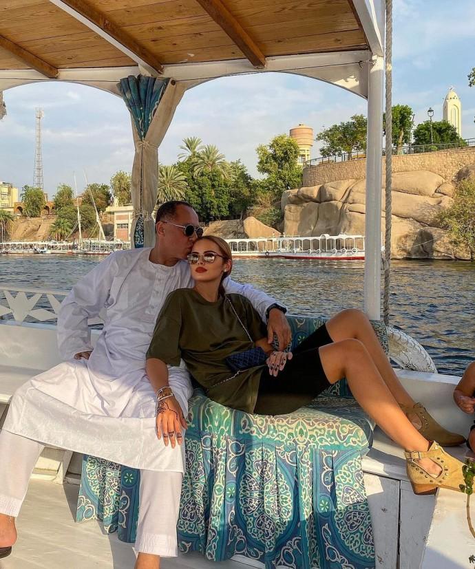 Ксения Дели поделилась нежным фото в объятиях 66-летнего супруга